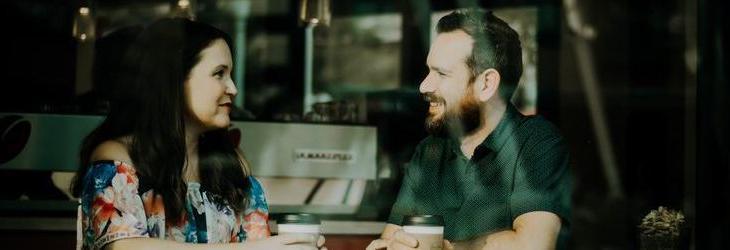 Mann und Frau beim Bewerbungsgespräch