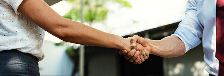 Zwei Männer beim Handschlag nach der Gehaltsverhandlung
