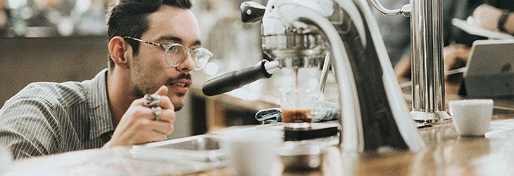 Barista bereitet Kaffee zu