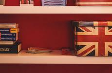 Bücherregal mit englischer Flagge