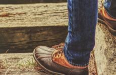 Person steht mit Schuhen auf Treppenstufen