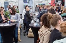 Stände und Interessenten auf einer Jobmesse